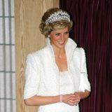 Perlen in jeglicher Form gehörten zu den Schmuckfavoriten von Prinzessin Diana. Dieses dreireihige Perlenarmband mit drei Diamanten wurde vonNigel Milne extra für sie designt.