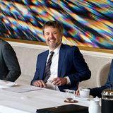 Als Jury-Vorsitzender der Business Excellence Awards tagt Prinz Frederik mit seinen Kollegen im Palais Brockdorf auf Schloss Amalienborg, um einen Gewinner zu finden. Wie die Teilnehmer die Zeit im Konferenzraum empfinden haben, lässt sich nur vermuten. denn dieser ist etwas speziell.