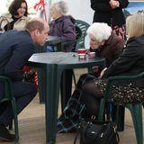 Für einen Plausch mit der 96-jährigenBetty Magee lehnt sich der Prinz weit nach vorne, um sie gut zu verstehen.