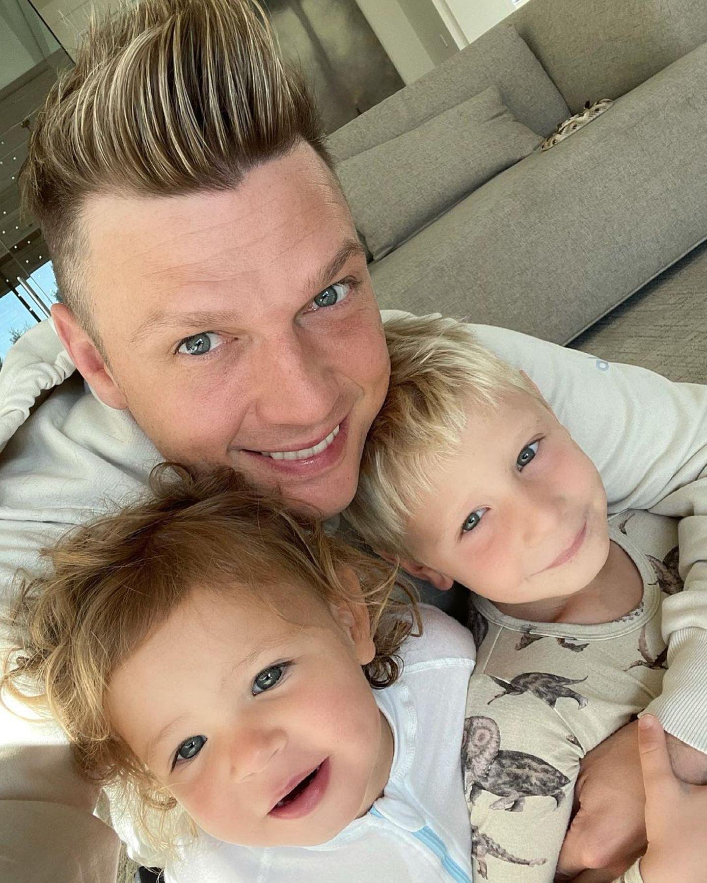 """23. Mai 2021  Für Backstreet-Boys-Star Nick Carter gibt es nichts Schöneres als mit seinen Kids Saoirse und Odin, seiner """"munchkin crew"""" zu kuscheln."""