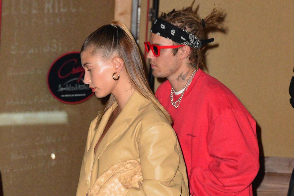 Dieser Style gehört zu den gewagtesten von Justin Bieber: halblange Dreadlocks – mal zu vielen kleinen Zöpfen gebunden, mal offen getragen. Nun scheint der Sänger aber genug von der 90er-Jahre-Gedächtnis-Frise zu haben und setzt den Rasierer an.