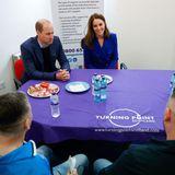 Bei Süßigkeiten und Wasser können sich William und Kate direkt mit den Menschen unterhalten, denen die Organisation unter die Arme greift.