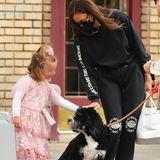 """24. Mai 2021  """"Ganz vorsichtig und lieb streicheln"""", das wird auch Irina Shayk ihrer süßen Prinzessin Lea gesagt haben, als die beiden bei einem Spaziergang durch New York diesen zutraulichen Vierbeiner auf der Straße treffen. Ob Lea ihre Mama danach angebettelt hat, ebenfalls einen Hund zu bekommen? Ganz bestimmt!"""