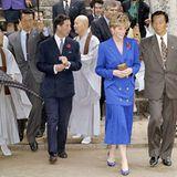 Prinzessin Diana trug während einer Hong-Kong-Reise mit Prinz Charles im Jahr 1992einen Zweiteiler, der dem Look von Kate in Sachen Farbe, Schnitt und Stil als Vorbild gedient haben könnte. Das Timing von Kates Hommage ist sicherlich kein Zufall: Nur wenige Tage zuvor wurden Untersuchungen zu Dianas historischem BBC-Interview abgeschlossen, mit erschütternden Ergebnissen.William machtesich in einer Video-Botschaftfür seine zu früh verstorbene Mutter stark, Kate zollt ihr – wie so oft – modisch Tribut.