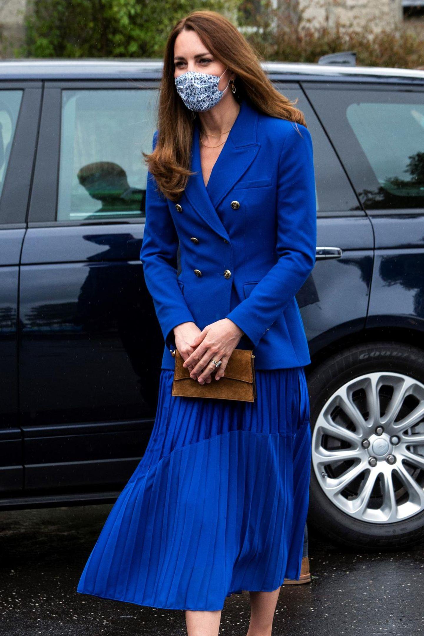 Auch Herzogin Catherine reist nach Schottland, wo Prinz William schon seit einigen Tagen Termine absolviert. Ihr royalblaues Ensemble bestehend aus Blazer mit doppelreihiger Knopfleiste und Plisseerock passt perfekt zu ihrem Verlobungsring. Dieser gehörte einst Prinzessin Diana (†36) – und auch der Rest des Looks scheint ihr gewidmet zu sein...