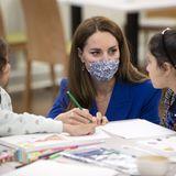 Außerdem bietet die Sikh-Gemeinschaftsgruppe eine Betreuung für Kinder an. Herzogin Catherine setzt sich zu den jungen Mädchen und malt gemeinsam mit ihnen aus.