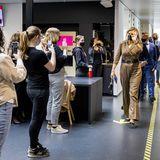 Königin Máxima begrüßt bei ihrem Besuch der Hogeschool Rotterdam Business School die Schüler:innen, welche schon ihre Handys gezückt haben, um diesen besonderen Moment festzuhalten.