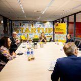 Zusammen mit dem Kollegium der Business School in Rotterdam sucht Königin Máxima das Gespräch, um sich über aktuelle Themenund Erkenntnisse während der Pandemie auszutauschen.