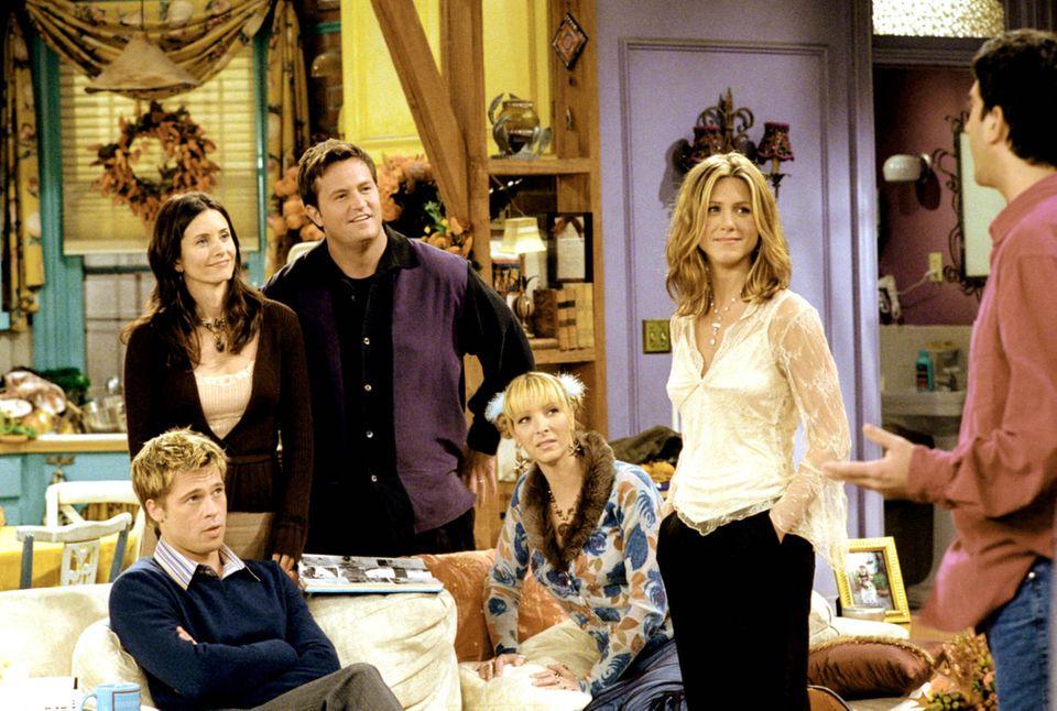 """Brad Pitt bei seinem Gastauftritt im Jahr 2001in der TV-Show """"Friends"""" mitCourteney Cox Arquette, Matthew Perry, Lisa Kudrow, Jennifer Aniston und David Schwimmer."""
