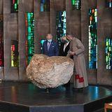 Zusammen mitDekan Rev. John Witcombe schauen sich Prinz Charles und Herzogin Camilla auch die Innenräume und Fundstücke der beeindruckenden Kathedrale an.