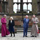 25. Mai 2021  Herzogin Camilla und Prinz Charles sind zu Besuch in der diesjährigen britischen Kulturhauptstadt Coventry und werden dort durch die Ruine der Kathedrale geführt.