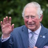 Prinz Charles unternimmt in der Zwischenzeit eine kleine Bootfahrt durch denCoventry Canal und winkt freudig den Zuschauern am Wegesrand zu.