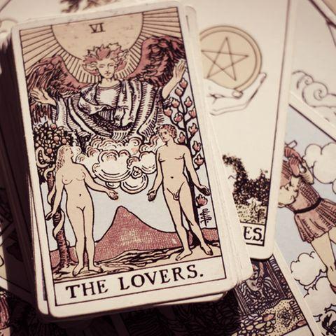 Liebestarot: Tarotkarten auf dem Tisch.