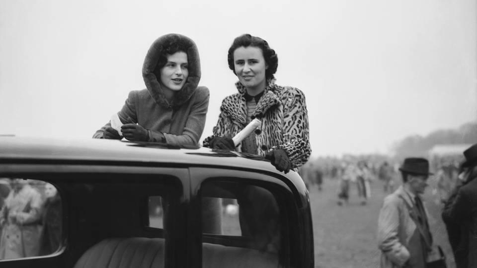 Osla Benning, links im Foto, war die erste Freundin des späteren Prinzen.