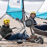 26. Mai 2021  Am sechstenTag ihrer Schottland-Tour geht es für Prinz William und Herzogin Catherinean die Ostküste des Landes. Am Strand der Kleinstadt St. Andrews darf sich das sportliche Paar im Strandsegeln ausprobieren. Nachdem Kate kurz im Sand stecken bleibt, geht es flott weiter ...