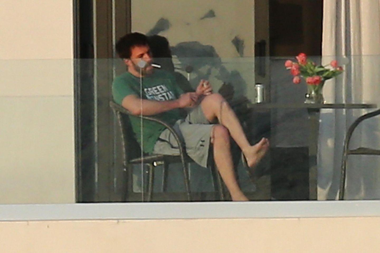 Die Gerüchteküche um die neu entfachte Liebe zwischen Jennifer Lopez und Ben Affleck brodelt, doch die Turteltauben scheint dies nicht aus der Ruhe zu bringen. Gemeinsam verbringen sie ein paar romantische Tage in Miami, wie die Aufnahmen der Paparazzi belegen.Während J.Lo vermutlich im Haus auf ihn wartet, frönt derSchauspielerseinen Lastern in der Abendsonneauf dem Balkon.