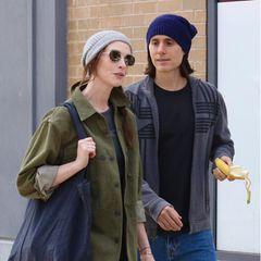 """Frisch frisiert und rasiert versucht Jared Leto die Aufmerksamkeitvon Anne Hathaway zu bekommen. Doch die Oscar-Preisträgerin zeigt sich ziemlich unbeeindruckt von dem Mann mit Banane an ihrer Seite. Bei der fragwürdigen Momentaufnahme handelt es sich jedoch nicht um den neuesten Paparazzi-Abschuss, sondern um eine Szene derApple TV-Show """"WeCrashed"""", für die die beiden Superstars gerade vor der Kamera laufen."""