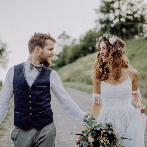 Grüne Hochzeit, Hochzeit von jungem Mann und junger Frau, Brautpaar in Hochzeitsoutfit, Brautstrauß