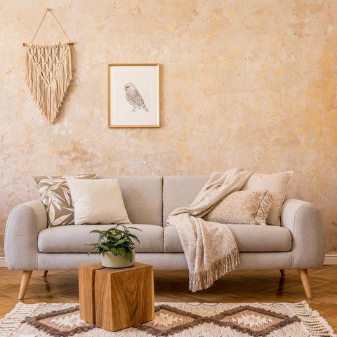 Wohnzimmer mit Sofa in skandinavischen Stil