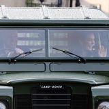 """Am Nachmittag bescheren Prinz William und Herzogin Catherine in Edinburgh Mitarbeiter:innen der """"NHS Charities Together"""" Organisation einen Abend im Autokino. Die Royals fahren standesgemäß mit ihrem Land-Rover vor."""