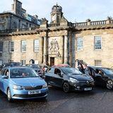 Als Kulisse für das heutige Autokino hat man sichden Palace of Holyroodhouse in Edinburgh ausgesucht. Prinz William und Herzogin Catherine lassen es sich nicht nehmen und gehen eine Runde über den Hofplatz um ihre Gäste persönlich zu begrüßen.