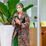 Königin Máxima greift anlässlich des Besuchs der Region Noord-Limburg zu einem buntenEyecatcher-Mantel. Zumopulenten Blumenmuster des Mantels kombiniert die Royal ein wadenlanges Kleid in der Farbe Grün. Passend dazu wählt die Dreifach-Mamaeinen Hut in einer ähnlichen Farbe aus und setzt dem Look mit ebenfalls grünfarbenen Pumps das i-Tüpfelchen auf.