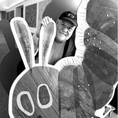 """23. Mai 2021: Eric Carle (91)  Mit seinem Welterfolg """"Die kleine Raupe Nimmersatt"""" brachte der Künstler und Autor Eric Carle Farbe und Geschichten der Hoffnung in die Kinderzimmer. DerKinderbuchautor illustrierte am liebsten farbenfrohe Tiere und schriebim Laufe seiner Karriere mehr als 75 Bücher. Nun ist Eric im Kreise seiner Familie gestorben."""