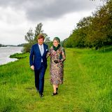 Am grünen Flussufer werden noch ein paar Fotos für das royale Fotoalbum geschossen. Der bedrohlich wirkende Himmel kann der guten Laune von Willem-Alexander und Máxima jedoch nichts anhaben und sie genießen den Ausblick der niederländischen Landschaft.