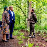 Das niederländische Königspaar informiert sich bei seinem Besuch im Nationalpark über die Lage des Waldes. Dazu wenden Willem-Alexander und Máxima sich interessiert an den zuständigen Förster, der die Royals durch den schönen Wald führt.