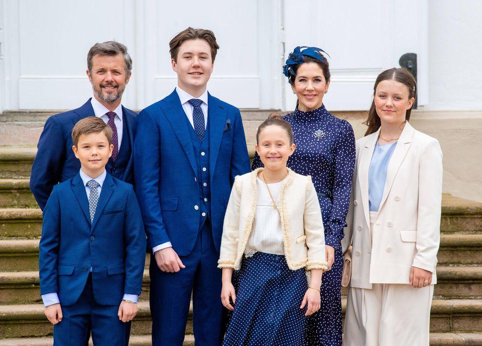 Prinz Frederik und Prinzessin Mary mit ihren Kindern Prinz Christian (2. v. l.), Prinzessin Isabelle (r.) und den Zwillingen Vincent und Josephine (vorne)