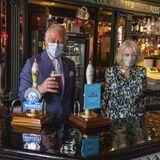 """27. Mai 2021  Die Wiedereröffnung der britischen Pubs feiern Prinz Charles und Herzogin Camillaauf erfrischende Weise: Während ihres Besuches des Londoner Stadtteils Clapham schaut dasroyale Paar im""""Prince Of Wales Pub"""" vorbei, wo sich der Thronfolgerganz fachmännisch gleich ein Bierchen zapft."""