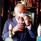 Für sein frisches Alelässt Charles im Prinzen-Pub etwas verstohlen die Maske fallen. Na dann, Prost!