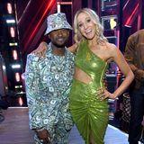 Money, Money, Money: Gastgeber Usher lässt Comedian Nikki Glaser im Dollar-Noten-Look fast blass aussehen.