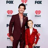 Wie der Papa, so auch der Sohnemann: Robin Thicke hat seinen Sohn Julian zu der Preisverleihung im Dolby Theater in Hollywood mitgenommen, und beide zeigen eine Vorliebe für rote Anzüge.