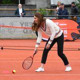 Auch Herzogin Catherine schnappt sich einen Schläger und spielt mit den Kids ein paar Bälle auf dem Tennisplatz.