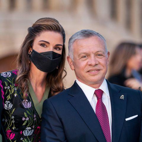 25. Mai 2021  Jordanien feiert den75. Jahrestag seiner Unabhängigkeit.Am 25. Mai 1946 endete das britische Völkerbundmandat für Transjordanien, seitdem wird dieses Datum in Jordanien als Nationalfeiertag begangen. Zu dendiesjährigen Feierlichkeiten im Raghadan-Palast in Amman erscheinen Königin Rania und KönigAbdullah IIin Begleitung ihrer Familie.