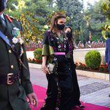 Stilsicher schreitet Königin Rania am Nationalfeiertag über den roten Teppich. Für ihren Auftritt wählt die Monarchinein traditionelles Gewand, das vor allem durch die weiten Flügelärmelund aufwändigen Stickereien besticht.