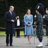 Mit zwei Abschiedszeremonien endet Prinz William und Herzogin Catherines einwöchige Reise durch Schottland. Im Palast desHolyroodhouse werden William und Kate für heute zum letzten Mal in Empfang genommen. Auf die abschließende Aufführung sind William und Kate schon besonders gespannt.