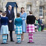 William und Kate gratulieren den Tänzerinnen nach ihrem gelungenen Auftritt. Was für ein schönes Finale einer erfolgreichen Reise durch Schottland.