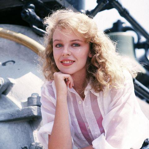 """Als Schauspielerin machte sich Kylie Minogue schon als junges Mädchen einen Namen, als Musikerin startete sie als Zwanzigjährige 1988 mit """"The Loco-Motion"""" und """"I Should Be So Lucky"""" weltweit so richtig durch."""