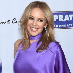 Mit 53 Jahren hat Kylie Minogue sich ihr sympathisches Lächeln bis heute bewahrt, wenn auch mit ein wenig Hilfe von Botox und Co. Nur ihre 80er-Jahre-Frisur hat sie abgelegt. Zum Glück. Wir gratulieren herzlich zum Geburtstag!