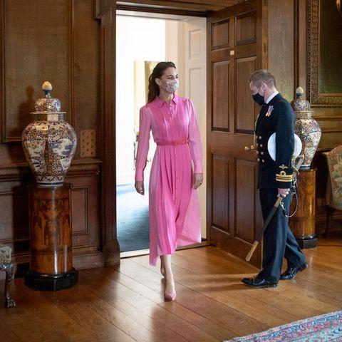 So stellt sich Mila eine Prinzessin vor: Herzogin Catherine trägt ein seidenes Blusenkleid in verschiedenen Pink- und Rosatönen.