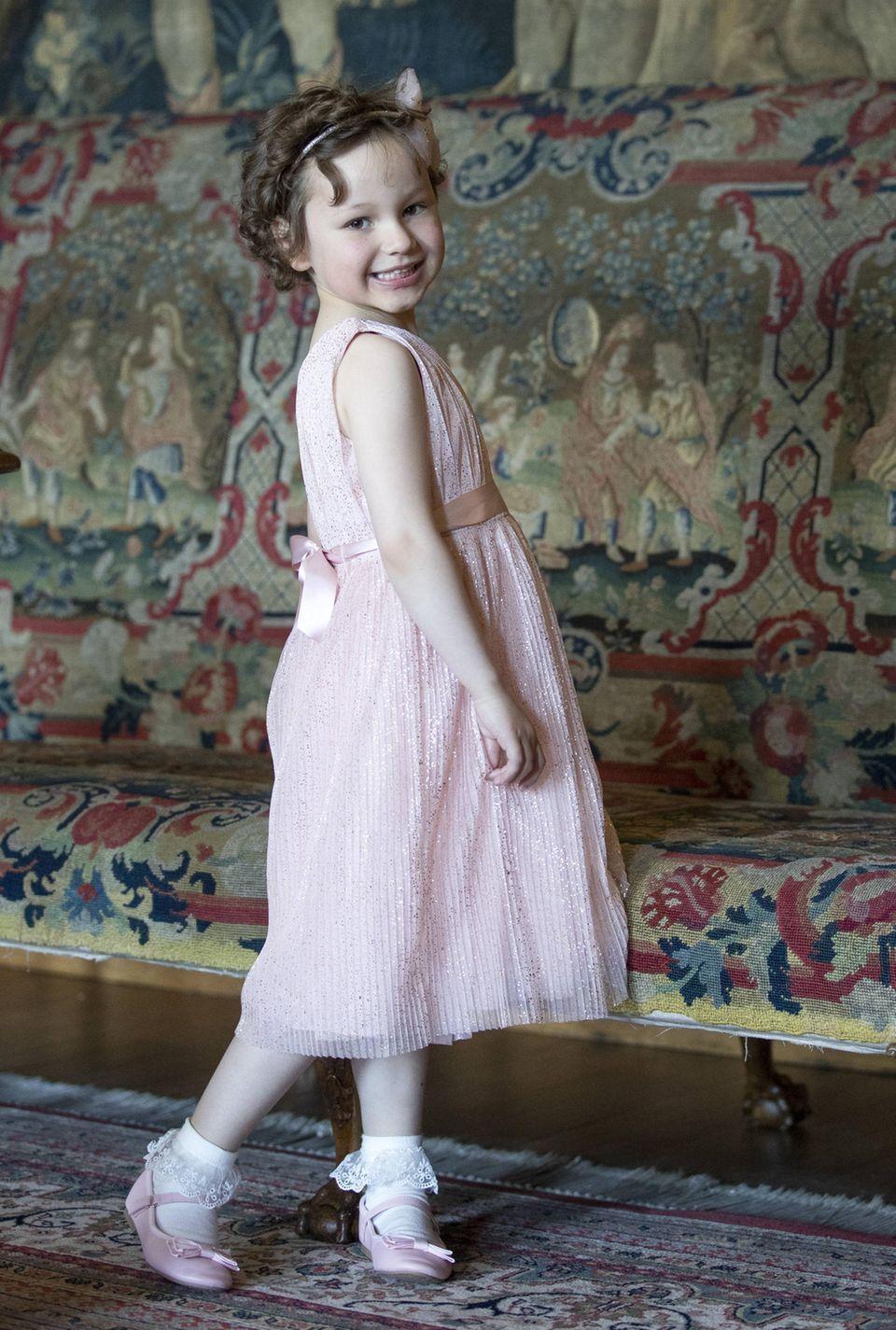 Stolz posiert die fünfjährige Mila in ihrem rosafarbenen Glitzerkleid für die Fotografen. Natürlich hat sie sich für das Treffen mit einer echten Prinzessin in Schale geworfen.