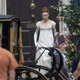 """Sie ist zurück am Set.Schauspielerin Phoebe Dynevor zeigt sich elegant, wie es sich für ihre Rolle als Herzogin von Hastings gehört, bei denDreharbeiten der zweiten Staffelvon """"Bridgerton"""" und wartet auf ihren Einsatz für die nächste Szene."""