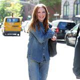 Mit einem strahlenden Lächeln läuft Julianne Moore durch das sonnige New York. Der entspannte Jeanslook lässt die Schauspielerin dabei besonders lässig aussehen.
