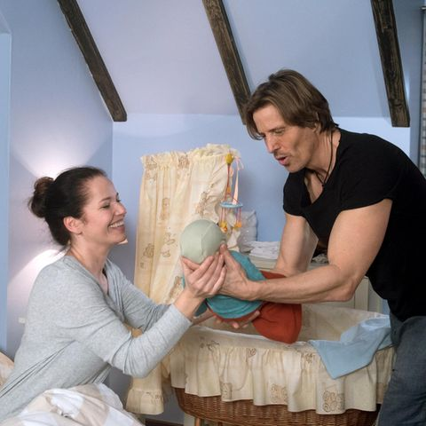 """Rote Rosen"": Ben (Hakim Michael Meziani) bietet Tina (Katja Frenzel) an, den schreienden Louis zu beruhigen."