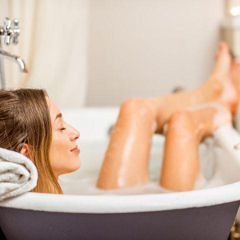 Badezusatz selber machen: Frau im Badewasser