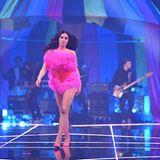 """Gewinnerin Alex trägt bei ihrem Walk zum Song """"White Lies"""" von Tokio Hotel und Vize einen rot-pinken Body mit extravaganten Rüschen. Definitiv ein Hingucker!"""