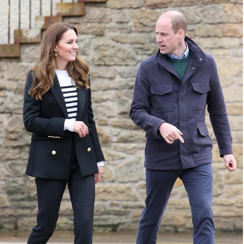 Auf ihrer Schottlandreise zeigt sich Herzogin Catherine in diesem lässigen Outfit. Besonders ihre Schuhe stechen ins Auge. Die sportlichen Sneaker von Veja sind nämlich nicht nur stylisch, sondern auch bezahlbar(ca. 125 Euro).Und das weiß nicht nur Kate. Auch Meghan Markle hat die Allrounder längst in ihrem Kleiderschrank.