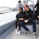 Bereits 2018 trägt Meghan Markle Sneaker der gleichen Marke bei denInvictus Games in Sydney. Sie kombiniert ein wesentlich sportlicheres Outfit zu den weißen Sneakern mit schwarzen Details. Genau das ist der Beweis: Diese Schuhe scheinen zu allem zu passen.